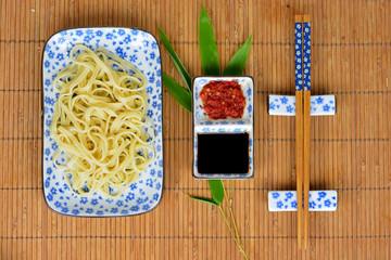 Aziatisch eten met wit blauw servies