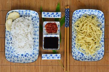 heerlijk Aziatisch eten met blauw/wit servies