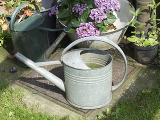 Traditionelle Gießkannen in einem Garten in Löhne bei Herford