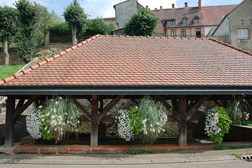 ancien lavoir fleuri du village