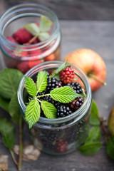 Leckere Brombeeren und Heidelbeeren im Glas