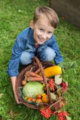 Junge hält frisches Gemüse von der Ernte