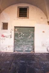 Saracinesche verde vecchia, negozio chiuso