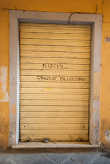Saracinesche giallo, negozio chiuso
