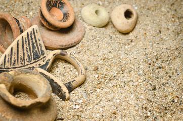 pezzi di vasi antichi su sabbia
