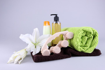 Wooden roller brush, towels, lily and shower kit