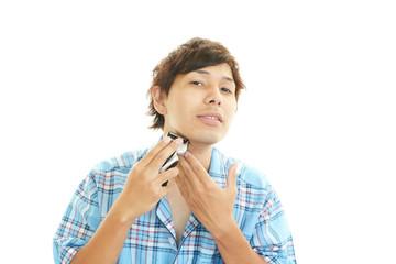 髭そりをする男性