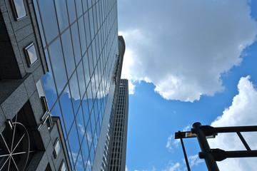 オフィスビルに映る空