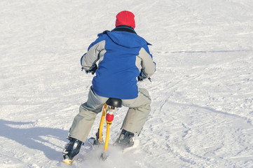 Abfahrt mit dem Snowbike