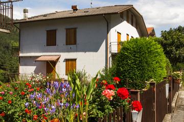 Giardino fiorito in una tipica casa di montagna