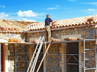 Construction d'un toit en tuiles rondes