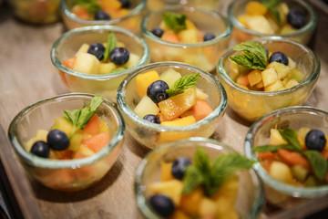 Nachtischbuffet mit Obstsalat-Schälchen
