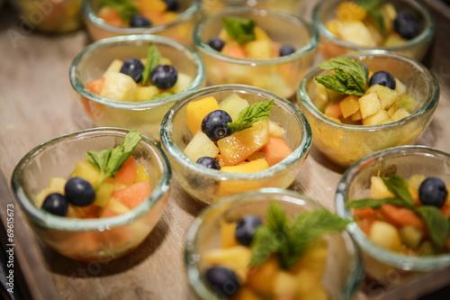 In de dag Buffet, Bar Nachtischbuffet mit Obstsalat-Schälchen