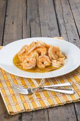 Plato de marisco langostinos gambas al ajillo ración restaurante