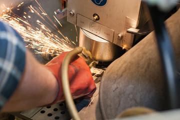 Präzisionsarbeit an der Schleifmaschine