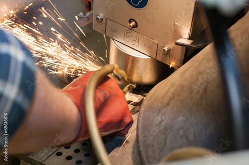 Leinwanddruck Bild Präzisionsarbeit an der Schleifmaschine