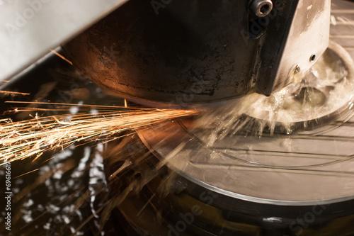 Leinwandbild Motiv Kühlmittel und Funkenflug an der Schleifmaschine