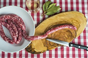 Plato de salchichas crudas en la cocina listas para cocinar