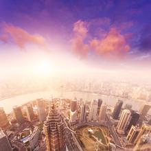 paysage urbain de Shanghai, brumeux et nuageux