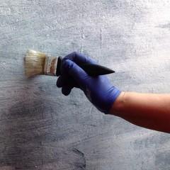 Wand mit Farbe vorstreichen