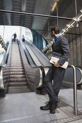 Geschäftsleute am U-Bahnhof Rolltreppe im Hintergrund