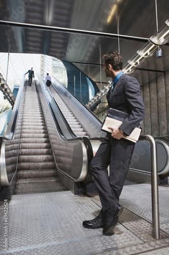 canvas print picture Geschäftsleute am U-Bahnhof Rolltreppe im Hintergrund