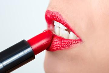 Mujer pintando los labios