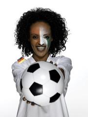 Weiblicher Fußball-Fan hält Fußball