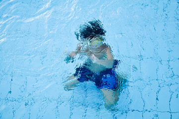 Kid playing underwater in a swimming pool
