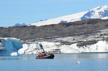 Исландия, туристы осматривают тающий ледник Ватнаекутль