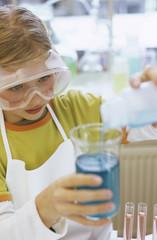 Mädchen (8-9) im chemischen Labor