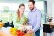 canvas print picture - Paar pack Lebensmittel aus Tüte aus