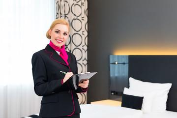 Hausdame bei Kontrolle im Hotel Zimmer