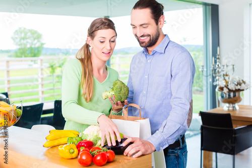 canvas print picture Paar pack Lebensmittel aus Tüte aus