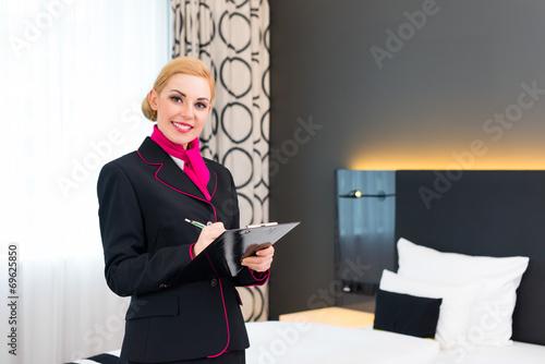 Hausdame bei Kontrolle im Hotel Zimmer - 69625850