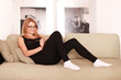 hübsche Frau relaxt auf der Couch