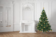 Weihnachtsbaum neben Kamin zu Weihnachten