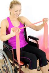 Frau im Rollstuhl trainiert mit Thera-Band