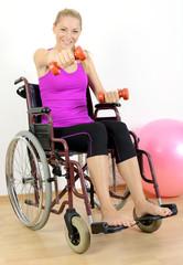 Frau mit Gehbehinderung trainiert mit Hanteln