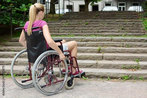 Leinwanddruck Bild Frau im Rollstuhl vor Treppe als Hindernis