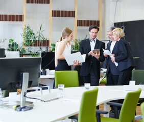 Gruppe im Büro arbeitet mit Tablet Computer