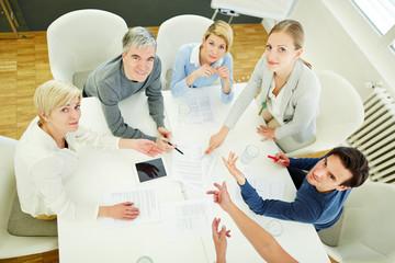 Leute im Business Meeting schauen nach oben