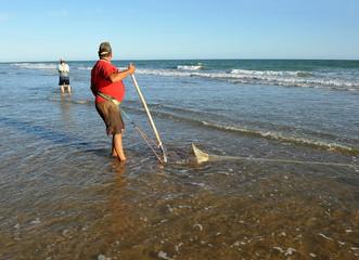 Mariscador en las playas de Andalucía, España