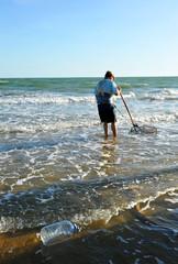 Mariscador en las playas de Huelva, Andalucía, España