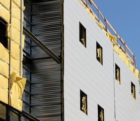 Construction métallique en cours d'isolation