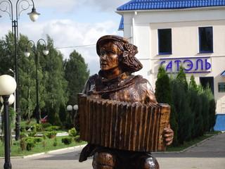 Скульптура гармониста из дерева