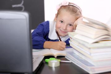 Bambina sui libri d scuola