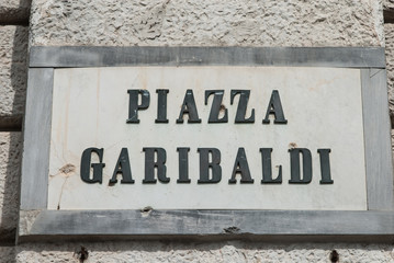 Targa Piazza Garibaldi, Segnale