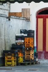 Cassette colorate del mercato, sporche vuote