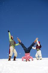 Österreich,Mädchen Kopfstand im Schnee